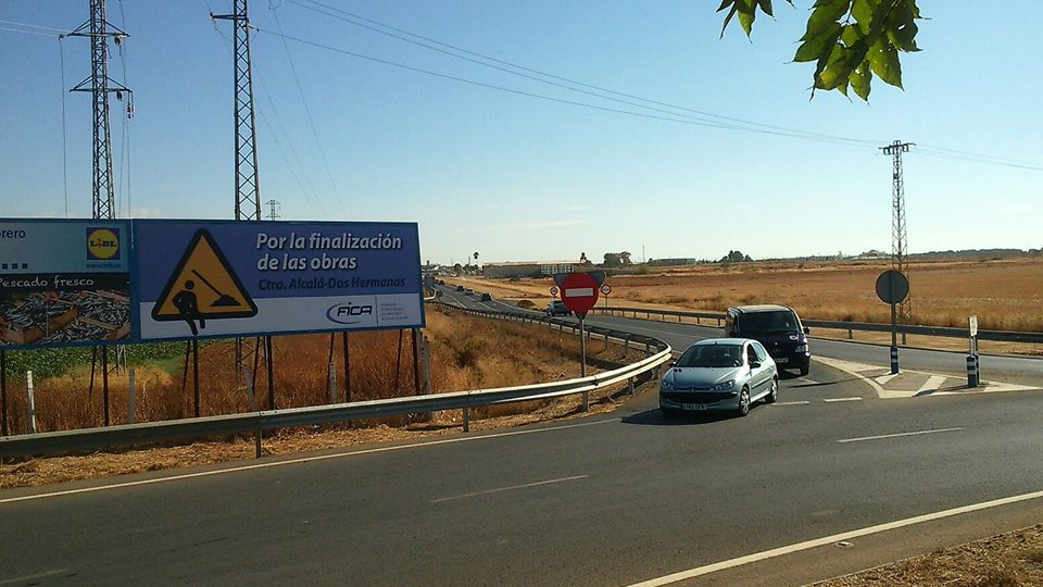 Vista del cartel de FICA reclamando la finalización de las obras del desdoble de la Carretera Alcalá-Dos Hermanas
