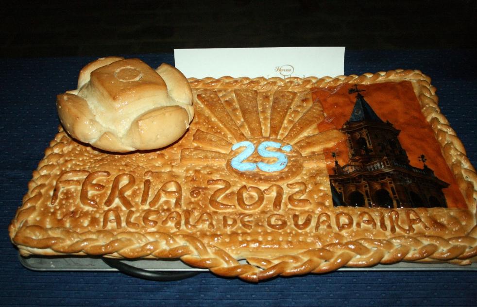 2012 con un 25 aniversario, pan bien horneado sobre lo que parece masa de coca y tablero eléctrico con cable negro.