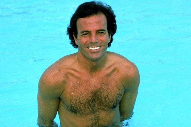 No es necesario decir nada de Julio Iglesias y su gusto por las piscinas. Pero no la de Alcalá.